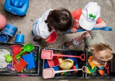 Kinderen buiten spelen