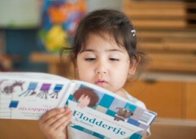 Kind meisje lezen