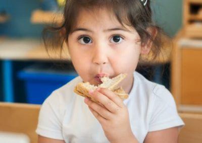 Kind meisje eten
